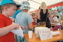 Příměstský tábor se Shrekem a Fionou v Krnově dnes končí. Po celý týden si zde téměř čtyřicet dětí hrálo, soutěžilo a užívalo společnost nových kamarádů. Na snímku děti podle připravených seznamů vytváří kouzelný nápoj lásky Agapi.