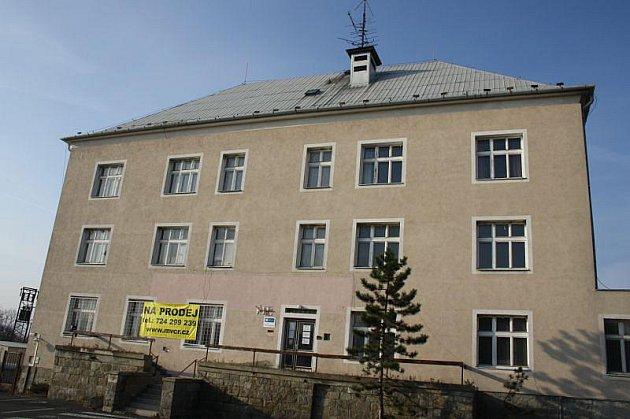Poslední razítka rozdali pasováci na krnovské celnici v závěru roku roce 2006. Po nich tu ještě až do letošního roku  sídlila Cizinecká a pohraniční policie.
