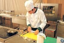 Dominik Unčovský byl jediný z okresu Bruntál, který se této prestižní soutěže účastnil. Na přípravu soutěžního jídla pro čtyři osoby měl pouhých pětačtyřicet minut, ruce se mu jen kmitaly.