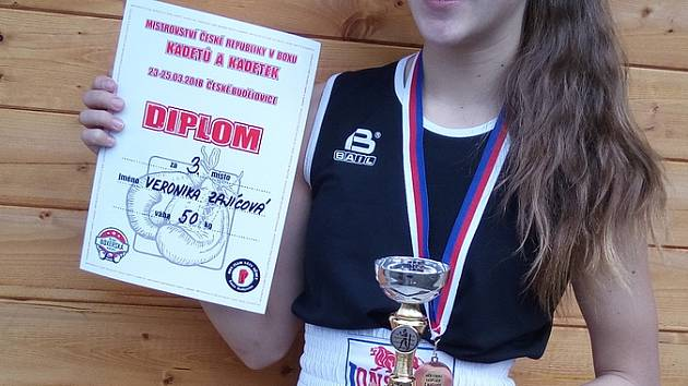 VERONIKA ZAJÍCOVÁ ověnčena pohárem, diplomem a medailí z Českých Budějovic.