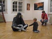 Ve Flemmichově vile v Krnově byla zahájena výstava polského sochaře Mariana Molendy a lichnovského rodáka Lubomíra Otiska s názvem Umění nás spojuje.