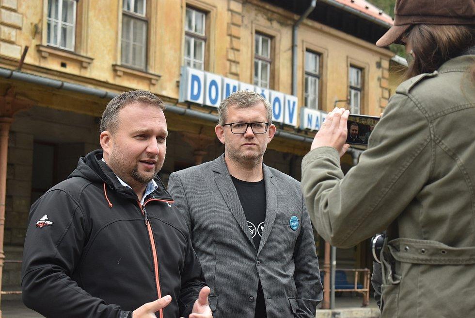 Jakub Unucka (ODS) před volbami běhal, Marian Jurečka (KDU-ČSL) zkoumal nádraží a Andrej Babiš (ANO) představil dort, který jeho pejskovi Gigi darovala středočeská hejtmanka.