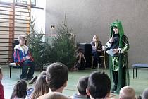 V družině na Žižkově ulici v Krnově děti pod vedením vychovatelky Renaty Mikoškové secvičily zábavný program na téma Vesmír.