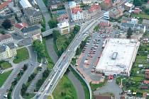 Krnovský most přes řeku Opavu poblíž Kauflandu čekají dopravní omezení, která musí řidiči strpět až do 23. prosince.