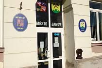 Město Janov až do minulé středy mělo starostku Šárku Šindelářovou, ale zastupitelé už zvolili novým starostou Milana Kaloče, zastupitele zvoleného za KSČM.