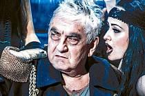 Miroslav Donutil exceloval v roli Otce Ubu v inscenaci Divadla Husa na provázku pod režijním vedením Vladimíra Morávka.