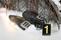 Odhozené boty, peníze a mobily ve sněhových závějích vypátrali policejní psi Gas a Bak.