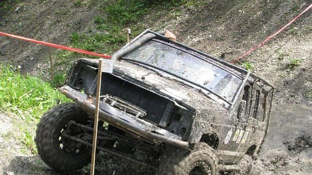Speciálně upravená auta se musí poprat s obtížným terénem i časovým limitem.