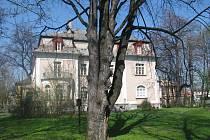 Zahrada Městského kulturního a informačního střediska (MIKS) v Krnově je už dnes rozlehlá a nádherná. Město chce využít nabídku Karnoly v úpadku a přikoupit k ní další pruh zeleně.