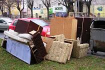 Velké kusy odpadu patří do velkoobjemových kontejnerů nebo na recyklační dvůr. Ti, co je odloží ke klasickým popelnicím, mají problém s úřady: jsou zakladateli černé skládky.