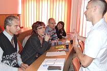 Lektor Jiří Pavlát (vpravo) přednáší o tom, jak komunikovat s veřejností prostřednictvím médií.