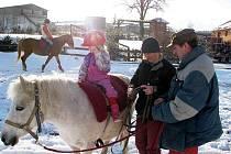 Dcery Viktorka (vzadu) a Terezka jdou v jezdeckých stopách bývalých vítězů, rodičů Nadi Knopové a Milana Theimera ze stáje Amír v Rudné pod Pradědem.