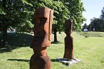 Sochy moai  v Třemešné se staly známým symbolem doby rouškové. Nyní své roušky odložily na znamení fáze rozvolňování.