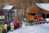 Lyžařský vlek Vraclávek láká lyžaře z Krnovska, Albrechticka, Osoblažska a Jindřichovska, kteří to mají do Jeseníků přece jen trochu z ruky.