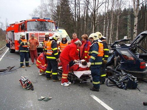 Hrůzně vypadala karoserie felicie po havárii u Břidličné.