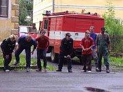 Smíšené družstvo hasičů z Holčovic.