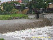 Vytrvalé lijáky rozvodnily řeku, na pomoc vyrazili také dobrovolní hasiči z Holčovic.