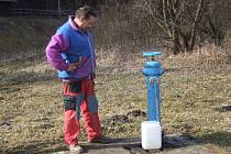 Obyvatelé Karlovic stále musí chodit pro vodu k hydrantu.