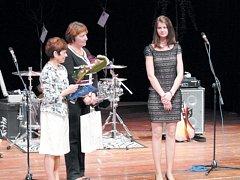 Bernadeta Pavlíková z krnovského gymnázia přebírá cenu pro Neúspěšnější žáky středních škol v Moravskoslezském kraji. Vyhrála olympiádu ve francouzském jazyce a také byla členkou družstva, které skončilo druhé v krajském kole Gastrosoutěže.