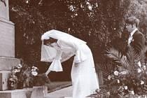 Do roku 1989 bylo v Bruntále zvykem novomanželů, že se zašli poklonit na městský hřbitov k pomníku padlých sovětských osvoboditelů.