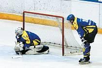 Typický obrázek z utkání krnovských hokejistů v Kopřivnici. Smutný gólman Roman Šlupina, nad kterým se sklání obránce David Matušinský.