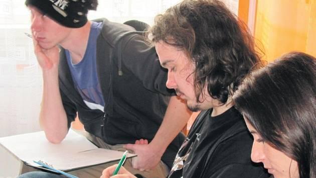 Porota ve složení Jan Plecháč, Karel Vaněk a Veronika Kozlíková (zleva) si zapisují poznámky při vystoupení jednoho z recitátorů.