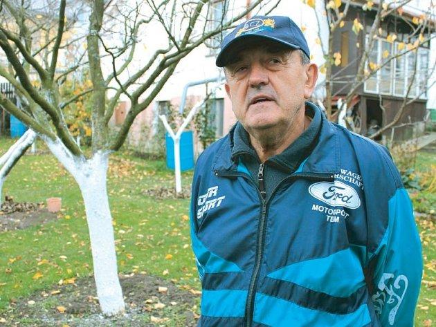 Štefan Minárik na svém pozemku, kde mu včelky vyrábějí vynikající jesenický lipový med. Je rád, že je v důchodu a nemusí hledat jen těžko dostupnou práci.
