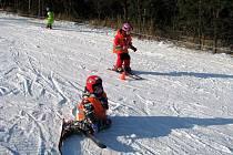 Jak zvládnout lyže se učí malí lyžaři v Lyžařské školičce pořádané Střediskem volného času Méďa a krnovskými mateřskými školami. Děti, které zvládly základy na cvičné ploše, si mohou nabyté zkušenosti vyzkoušet za dohledu instruktorů i na velkém svahu.