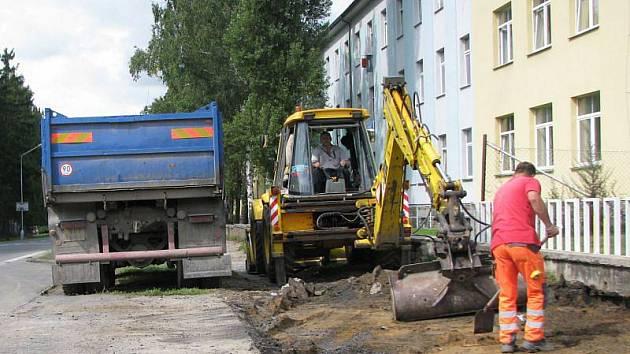 Dělníci už jsou u školy na Rýmařovské ulici.