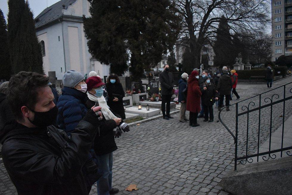 Pohřeb Vladimíra Bluchy provázely nejen roušky, rozestupy a omezený počet míst ve smuteční síni, ale také slezská hymna.