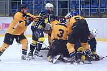 Krnov (v modro-žlutém) čelil soupeři, který místy hrál až brutálně. Došlo také na bitku.