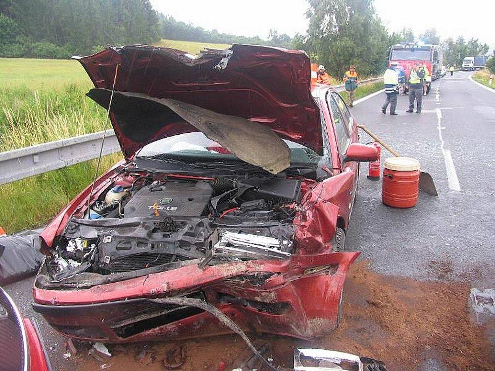 Po vážné nehodě na Albrechticku vyhasl život matky dvou dětí. Vůz sedmatřicetileté řidičky dostal na mokré vozovce smyk.