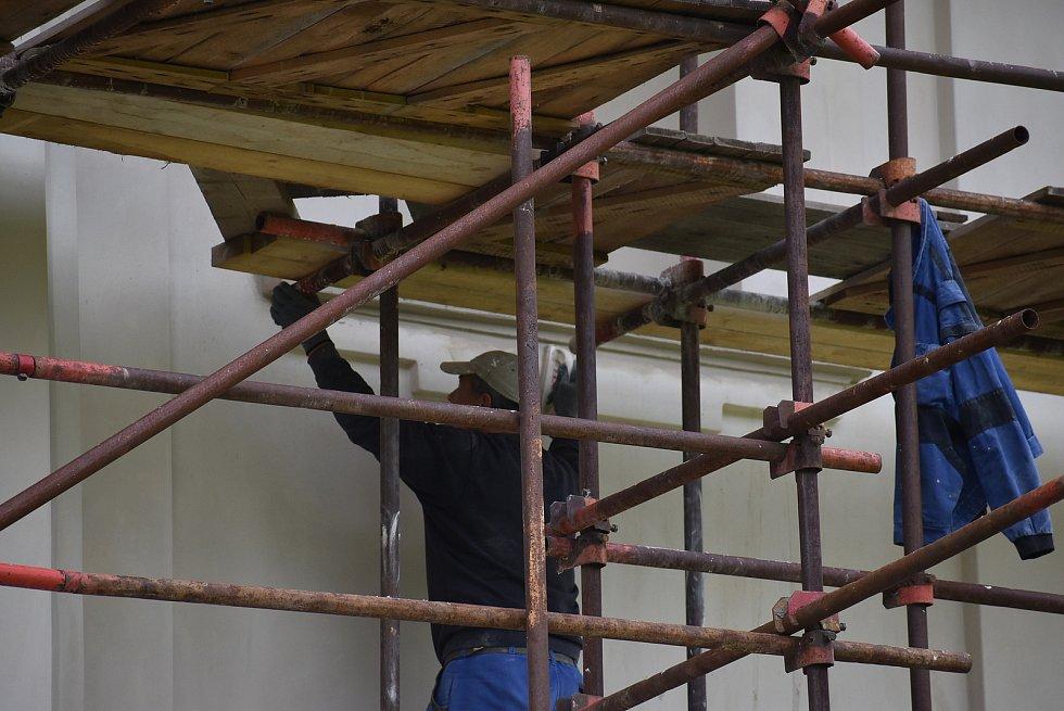 Kostel Neposkvrněného početí Panny Marie v Holčovicích má novou fasádu.