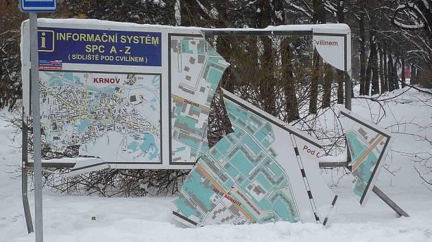 Informační tabuli na Opavské ulici v Krnově zničili vandalové.