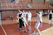 Basketbalisté do 17 let krnovského BK i nadále vedou oblastní přebor, tentokrát si dvakrát poradili s Valašským Meziříčím.