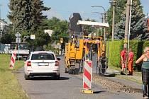 V Chářovské ulici v Krnově byla ve středu zahájena rekonstrukce kanalizace, která přijde na více než 19 milionů korun. Obyvatelé této lokality se musí smířit s omezeními, která provází frézování asfaltu.