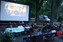 Letní kino v Krnově začalo filmem Ženy v běhu o překonávání překážek při maratonu. Diváci zase překonali drobný déšť.