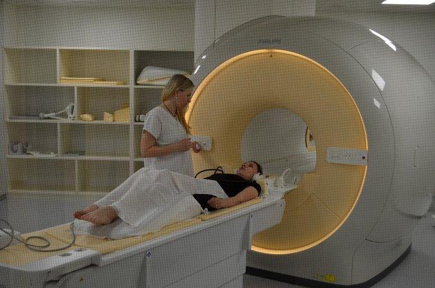 Nová magnetická rezonance vkrnovské nemocnici je již vplném provozu. Jednou zprvních vyšetřených pacientek byla paní Tereza Kopcová.