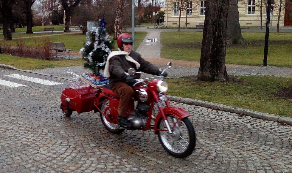 Dostat páva pod stromeček znamená nadělit si přívěsný vozík PAV z roku 1962 a přimontovat nad něj na motorku Jawa nazdobenou vánoční borovičku.