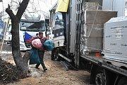 Vykládka materiálu ve skladech v Pokrovsku 30 kilometrů od Doněcka.