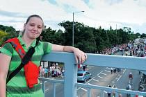 Michaela Jasioková působí jako au-pair v indické rodině v anglickém hrabství Essex. Přidala se k tisícům lidí, kteří lemovali ulice a hrdě mávali vlaječkami, aby pozdravili běžce s olympijskou pochodní.