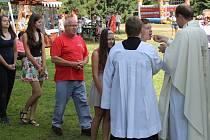 Křížovou cestou proudili na svátek svaté Anny ke stejnojmennému kostelu na Annabergu nad Andělskou Horou poutníci, aby si vyslechli mši svatou duchovního správce Marka Žukowského.