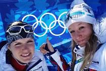 Olympijské hry v Kanadě: Veronika Zvařičová (vpravo) se svou týmovou kolegyní a kamarádkou Gabrielou Soukalovou hrdě pózují před emblémem olympijských kruhů.