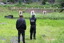 Během června uniformovaní muži prošli zdokonalovacím výcvikem ve střelbě.