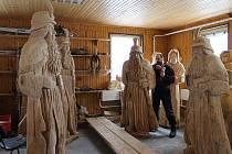 Řezbář Jiří Halouzka z Jiříkova vyřezává dřevěnou sochu bájného ducha Jeseníků. A nezůstane jen při jedné soše, Halouzka má připraveny rovnou čtyři Pradědy.