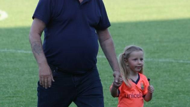 Krnovský lodivod Antonín Mura s vnučkou po vítězném utkání proti Šenovu.
