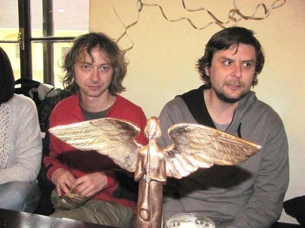 Krnovská kapela Bratři Orffové, jejímž jedním ze zakládajících členů je Lukáš Novotný (vpravo), si letos odnesla hned dvě hudební ceny Anděl. Po příjezdu zpředávání cen vPraze to kapela oslavila ispřáteli zKrnova.