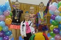 Úspěšné gymnastky v Ostravě. S poháry Barbora Smékalová (vlevo) a Tereza Palupčíková (vpravo).