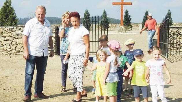 Obnovený hřbitov si v doprovodu starosty Josefa Havlika  přišly prohlédnout děti z místní mateřské školy se svými učitelkami.