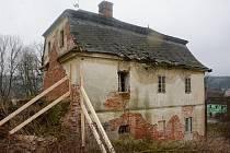 Rychta v Karlovicích po sérii neúspěšných dražeb našla nového majitele. Hnutí Duha Jeseníky koupilo havarijní památku, aby ji zachránilo před zřícením.